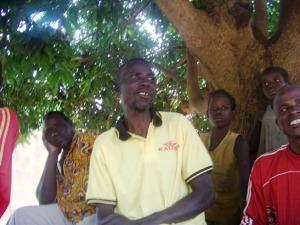 Saïdou en action sous le manguier