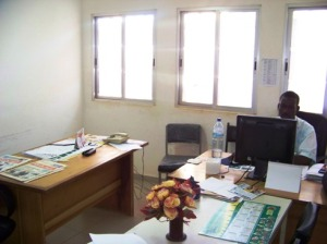 Bouda à son bureau; on attend toujours après des ordinateurs pour les autres agents.