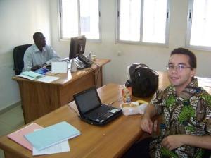 Léopold Nana, à l'arrière, est Chef du service de la promotion des investissements (SPI). La chemise est que je porte est tout à fait acceptable même en circonstances formelles.