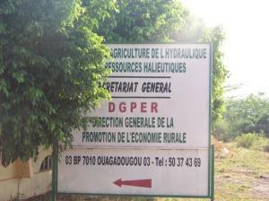 De telles pancartes, annonçant des bureaux gouvernementaux sont partout à Ouaga